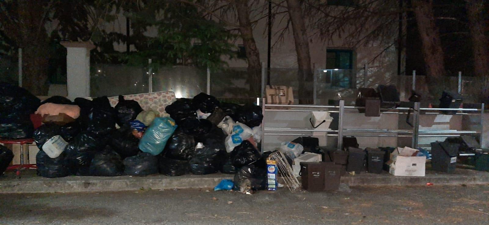 Degrado e rifiuti a Via Piersanti Mattarella, le proteste dei residenti