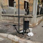 Sembra arte ma non è: sanitari abbandonati sul marciapiede di via Marruvio ad Avezzano