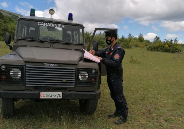 Carabinieri forestali soccorrono un escursionista disperso sul Monte Morrone
