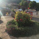 Carsoli, alcuni cittadini aiutano ad innaffiare i fiori del comune