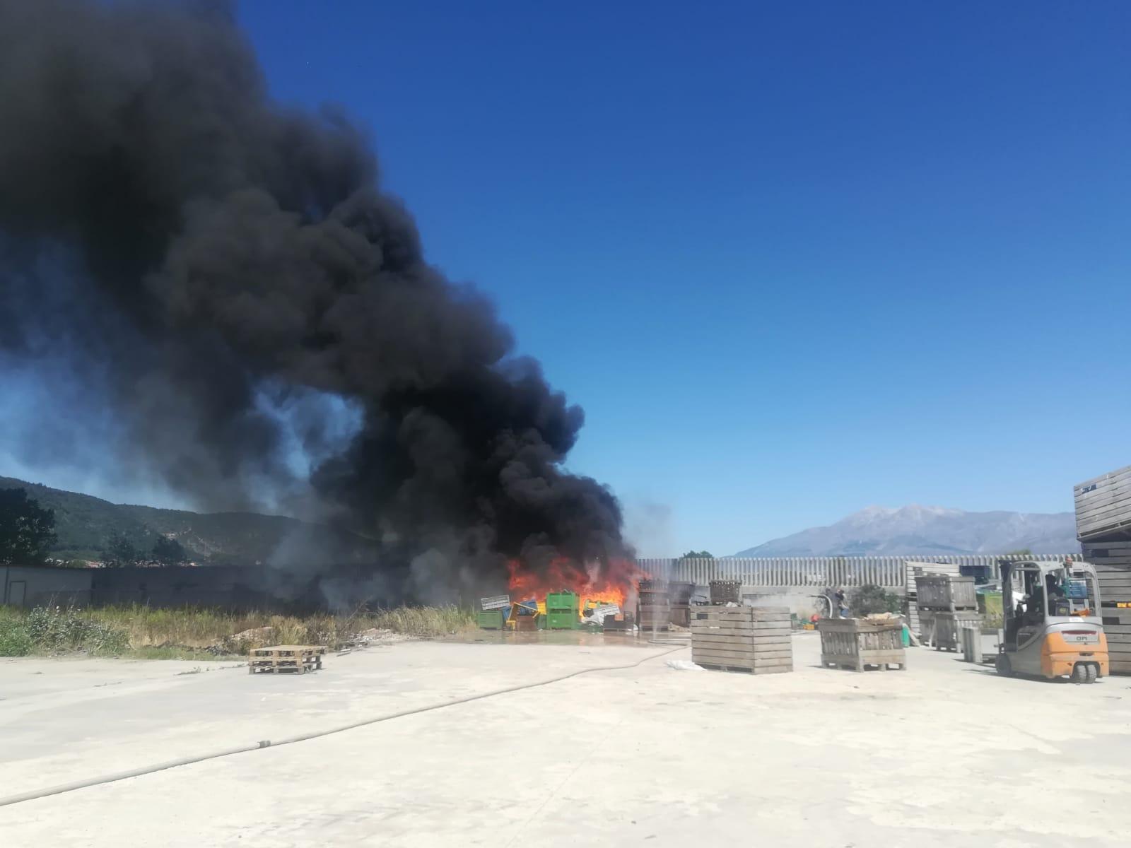 Incendio in un'azienda agricola di Luco dei Marsi