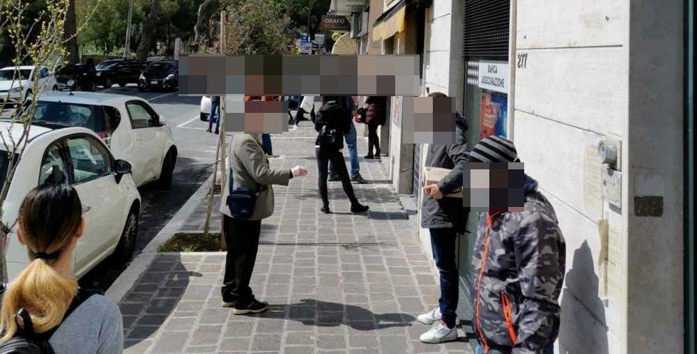 Furbetti della fila in tempo di Covid, alta tensione in centro ad Avezzano