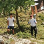 Il modello positivo, due ragazzi ripuliscono l'area della Madonna Pellegrina dai rifiuti