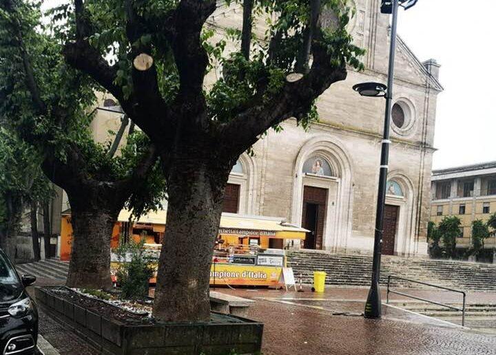 Vende porchetta sul sagrato della cattedrale, scattano le sanzioni amministrative