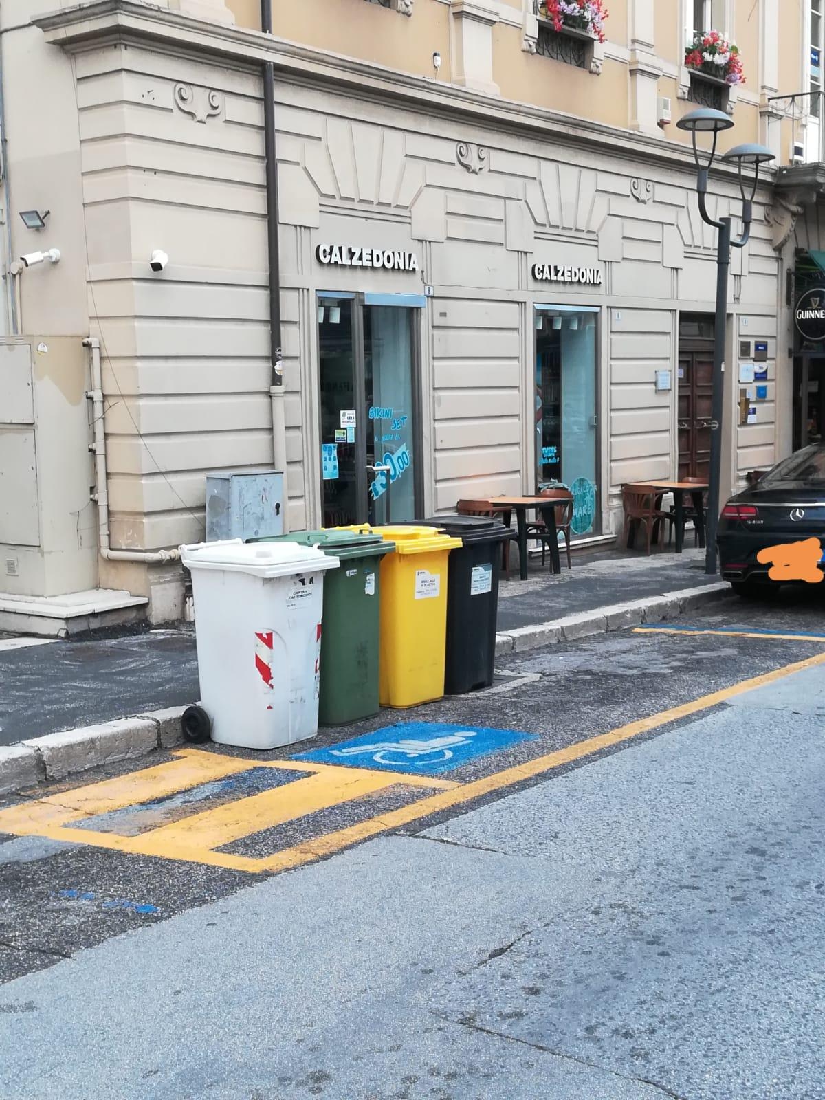 Secchi dei rifiuti sulla sosta per i disabili, gesto ignobile ed incivile