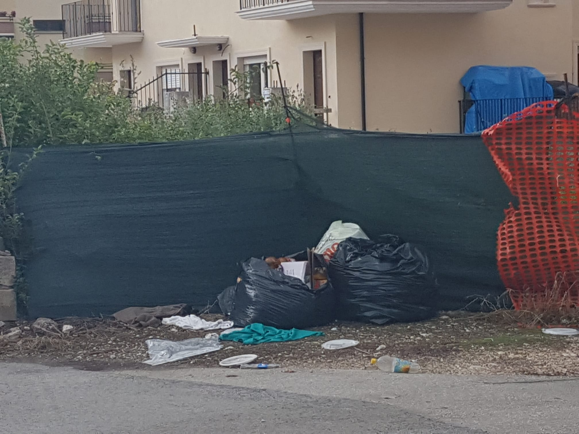 Discarica a cielo aperto ai piedi del Salviano: esausti i residenti