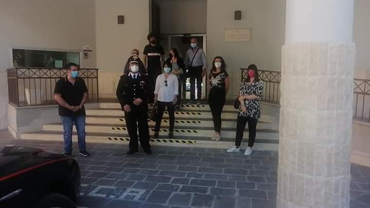 Cittadini di Avezzano si recano in caserma per esprimere vicinanza alle forze dell'ordine