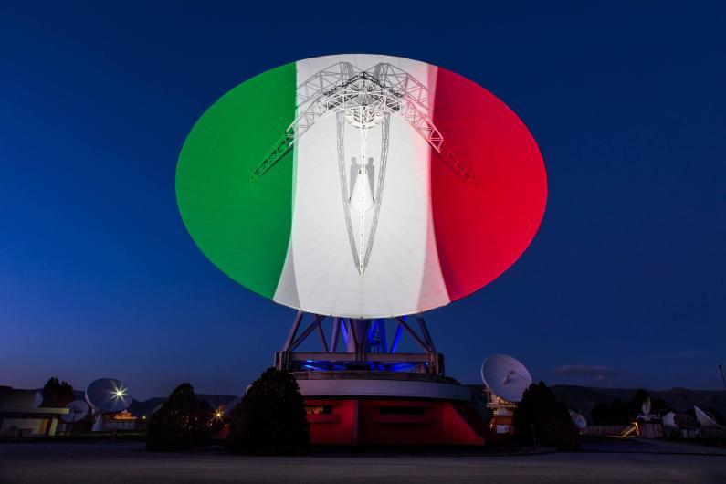 I colori della bandiera italiana illuminano l'antenna del Telespazio in onore della Festa del 2 giugno
