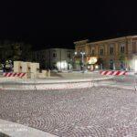 Avezzano, bambini giocano nella fontana di Piazza Risorgimento, il comune la transenna