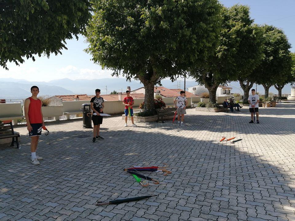 Aielli, un gruppo di giovani ragazzi aiuta gli operai nei lavori in vista dell'arrivo del FAI