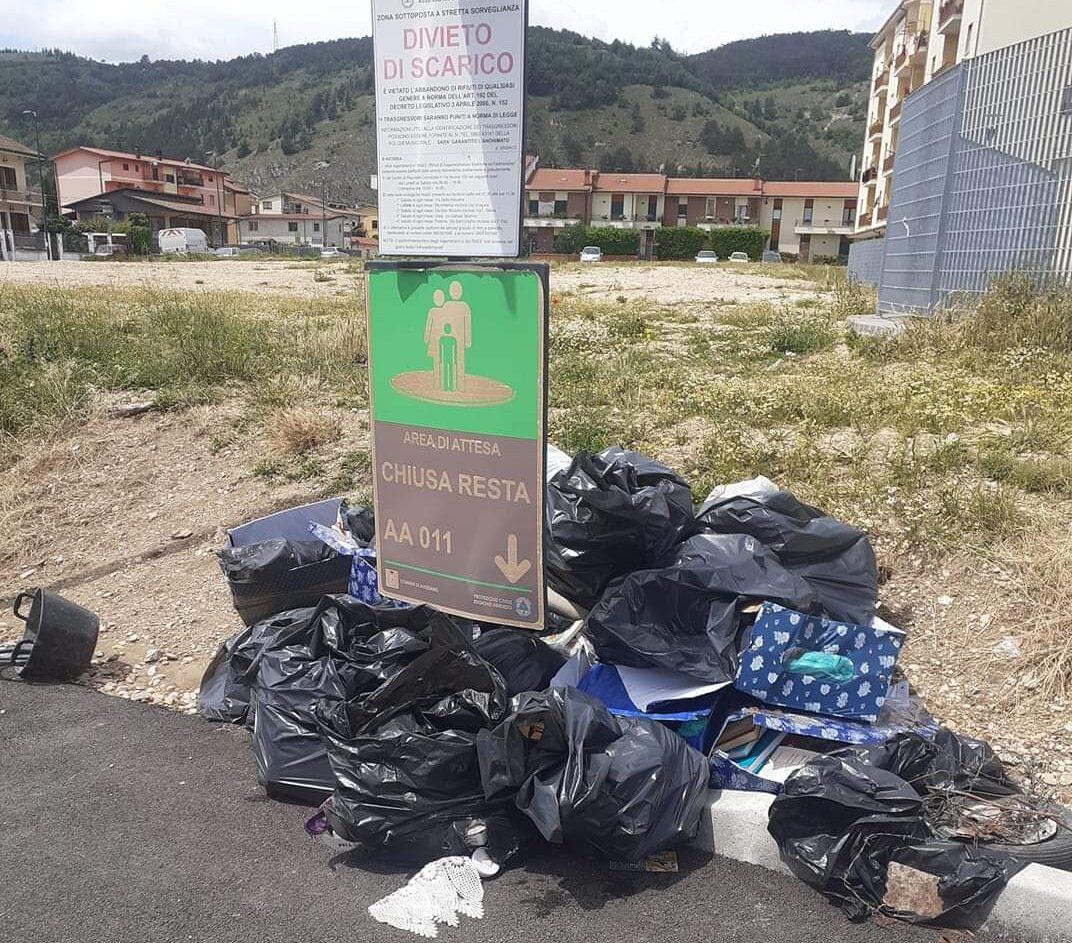 Avezzano, sacchi neri e materiali plastici abbandonati a Chiusa Resta