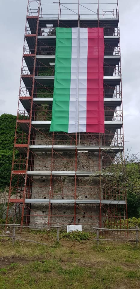 Carsoli, esposto il tricolore sulla torre del complesso 'Forte dei Leoni'