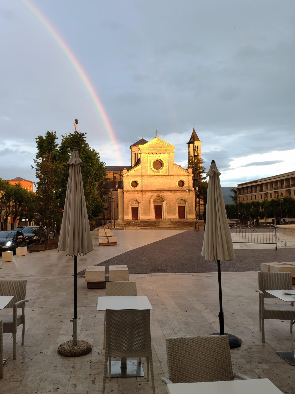 L'arcobaleno attraversa il cielo di Avezzano: la città che torna a vivere