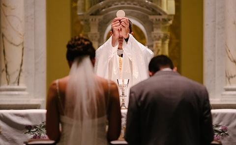 Processioni ancora vietate e niente mascherine per gli sposi: nuove disposizioni del Vescovo e del CTS