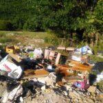 Tanti rifiuti abbandonati a pochi metri dalla discarica comunale di Lecce nei Marsi