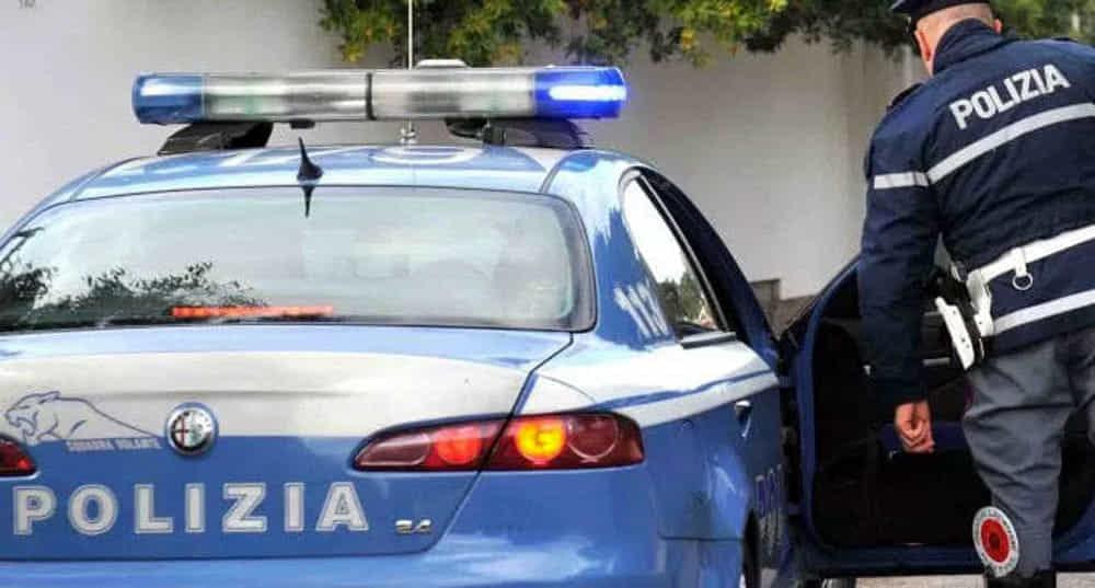 Cede droga e poi fugge, la polizia esplode colpo in aria per tentare di fermare lo spacciatore