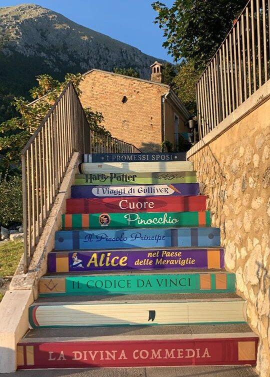 Celano, scalette decorate con i titoli di alcuni libri famosi