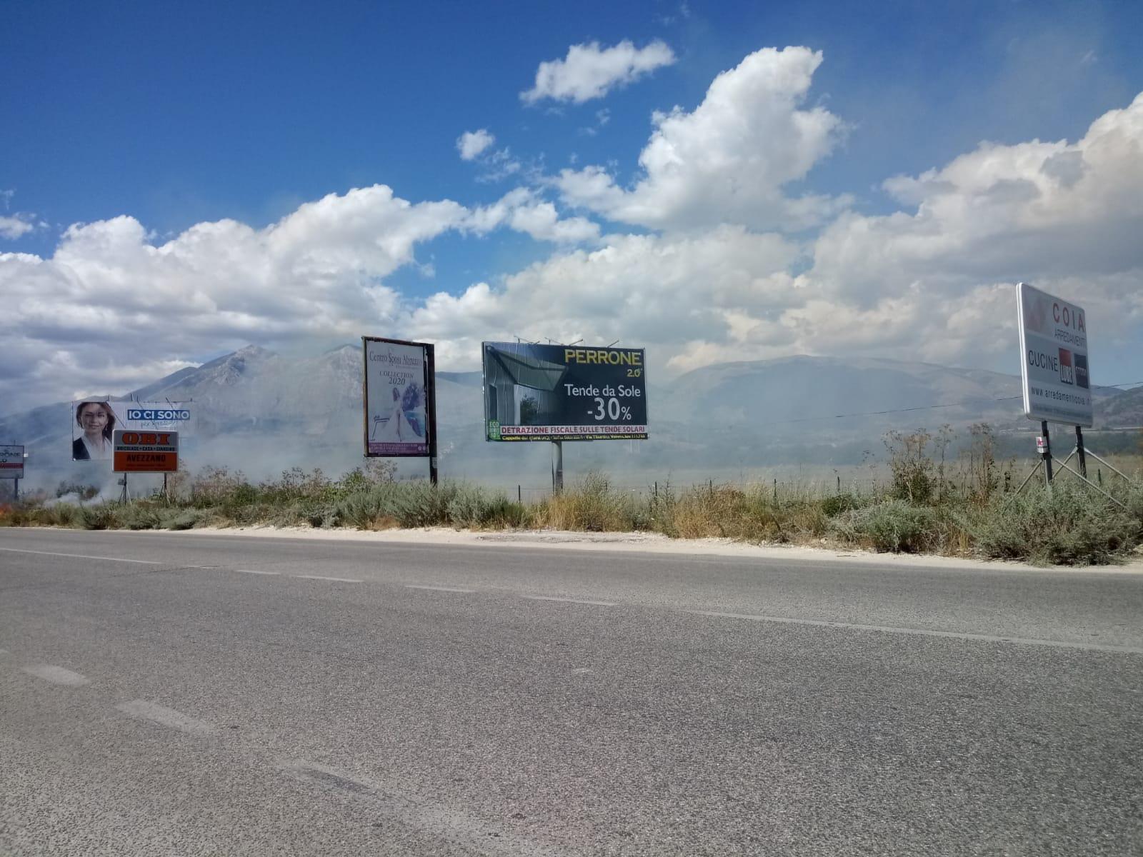 Avezzano, sterpaglie a fuoco su Via Roma