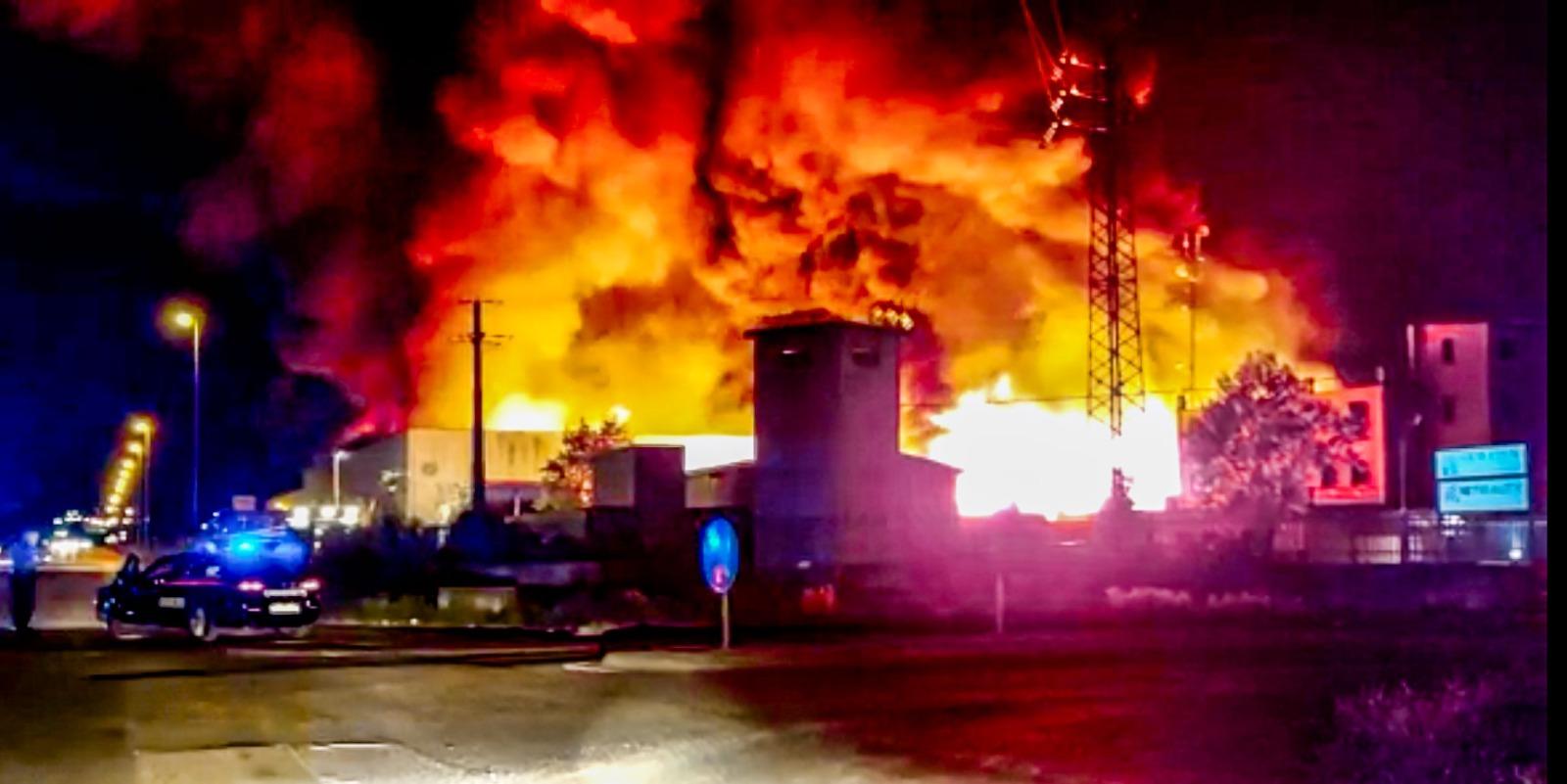 """Incendio al nucleo industriale, il Commissario Passerotti """"sospese le attività lavorative nelle vicinanze dell'incendio, vietate attività all'aperto e finestre chiuse"""""""