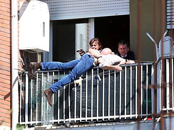 Uomo ai domiciliari minaccia di buttarsi dal balcone