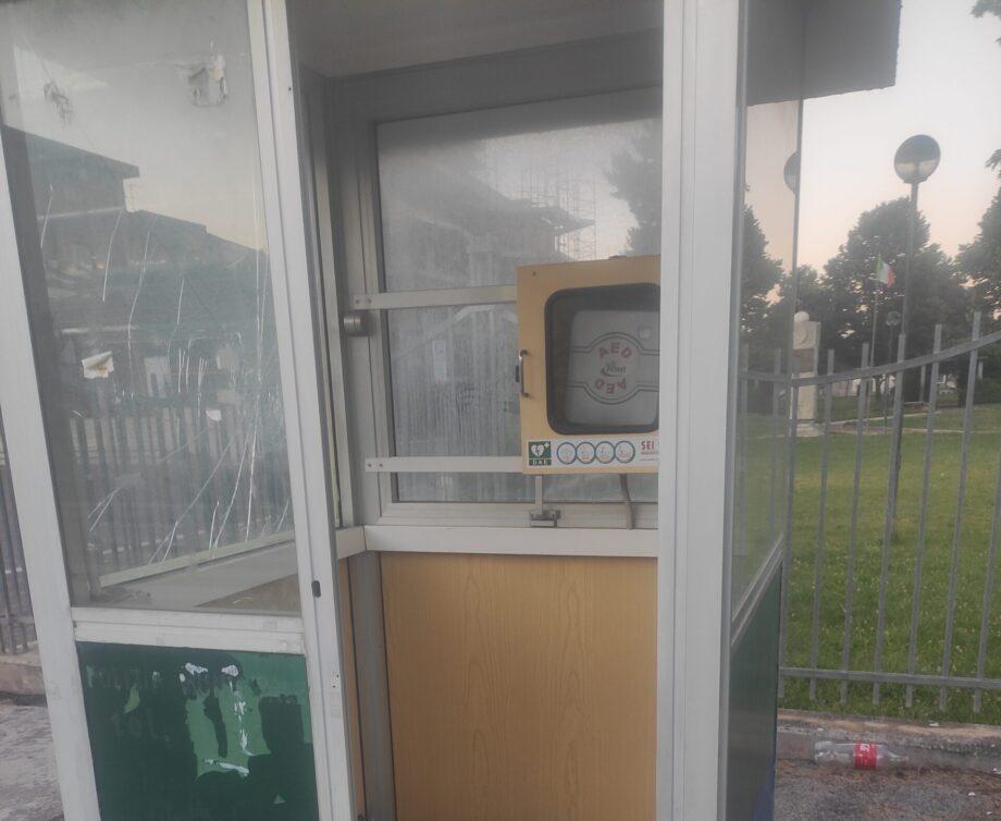 Avezzano, vandali lanciano sassi contro un defibrillatore