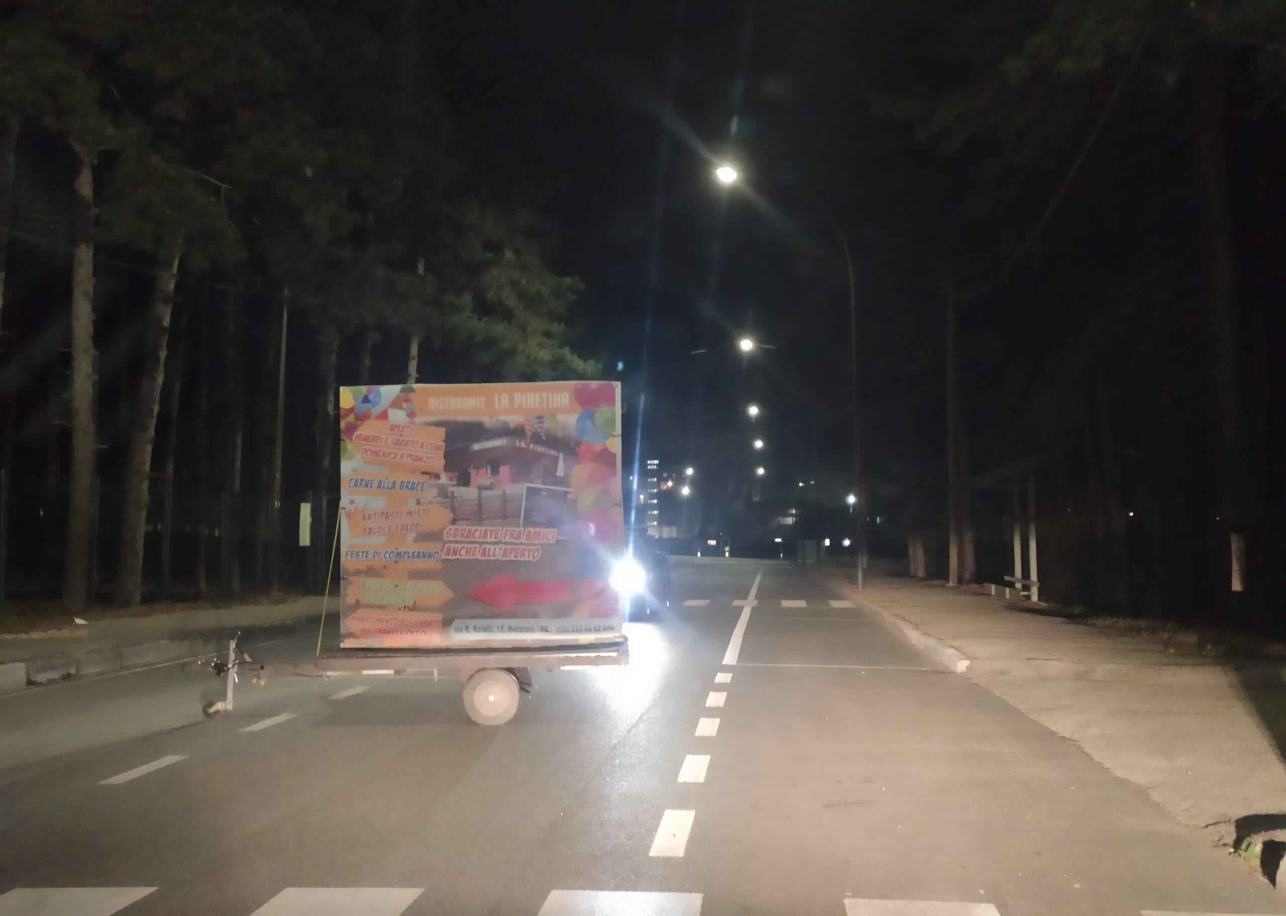 Ostruiscono la strada per l'ospedale con un carrello pubblicitario, intervengono i carabinieri