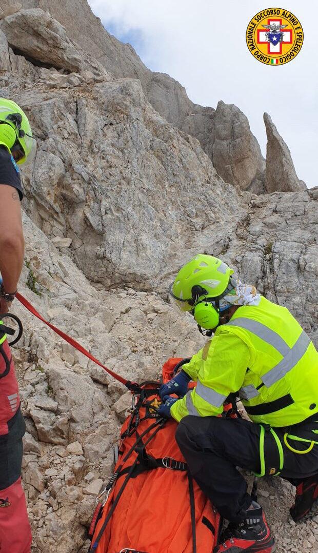 Cade lungo la Direttissima sul Gran Sasso, recuperata dall'elicottero del 118