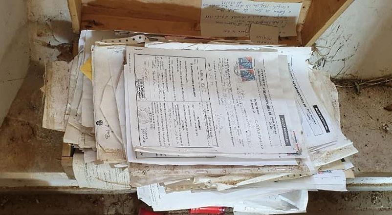 Documenti e atti comunali abbandonati sui gradini dell'ossario del cimitero