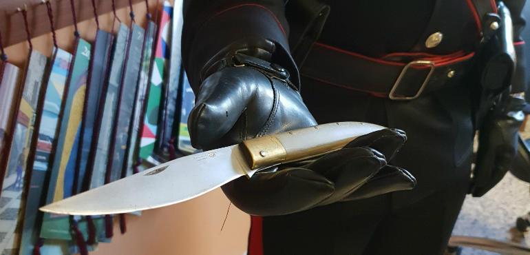 """Punta coltello contro la convivente: """"Io ti scanno, sono pericoloso"""". Quarantasettenne davanti al Gup"""