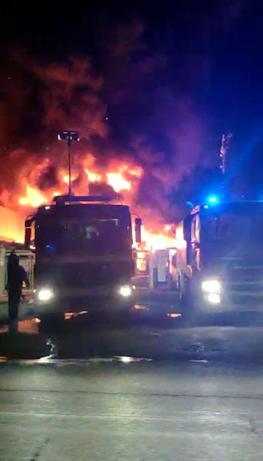 Vasto incendio ad Avezzano, colonna di fumo e fiamme visibile da diversi chilometri | odore acre si sta diffondendo in tutta la città