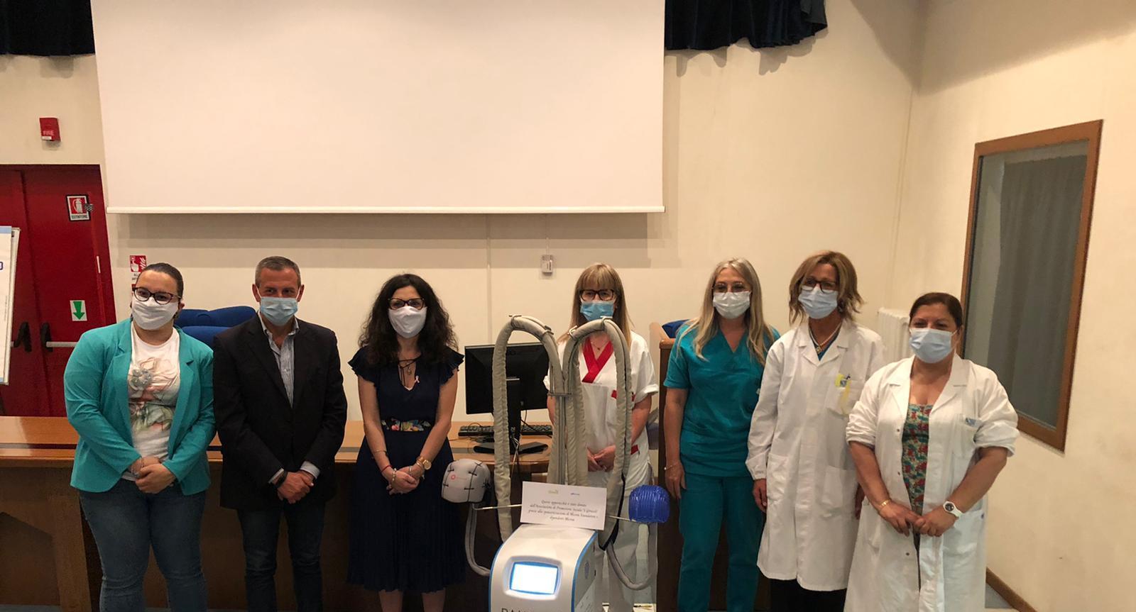 La Fondazione Micron dona all'Ospedale di Avezzano un macchinario contro caduta dei capelli dovuta alla chemioterapia