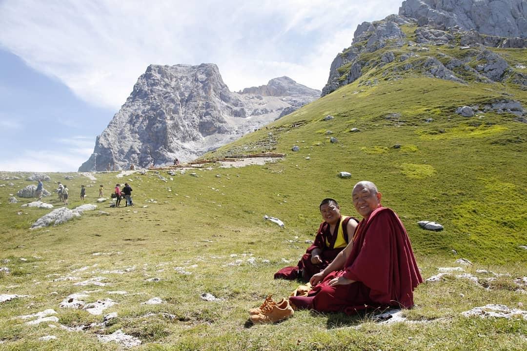 Due monaci buddhisti sul Gran Sasso