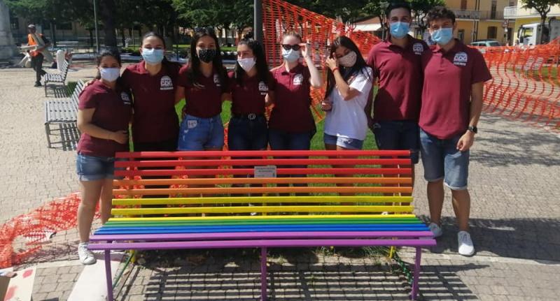 Trasacco dice no all'omofobia con la panchina arcobaleno
