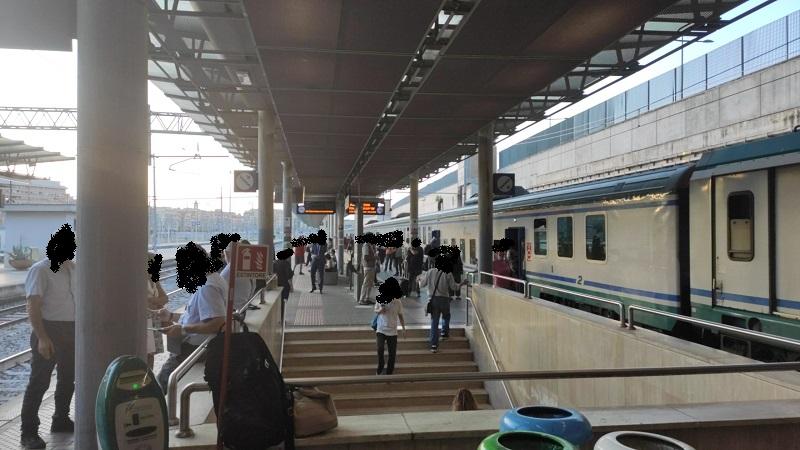 Panchina in mezzo ai binari, caos e disagi sulla Roma-Avezzano-Pescara