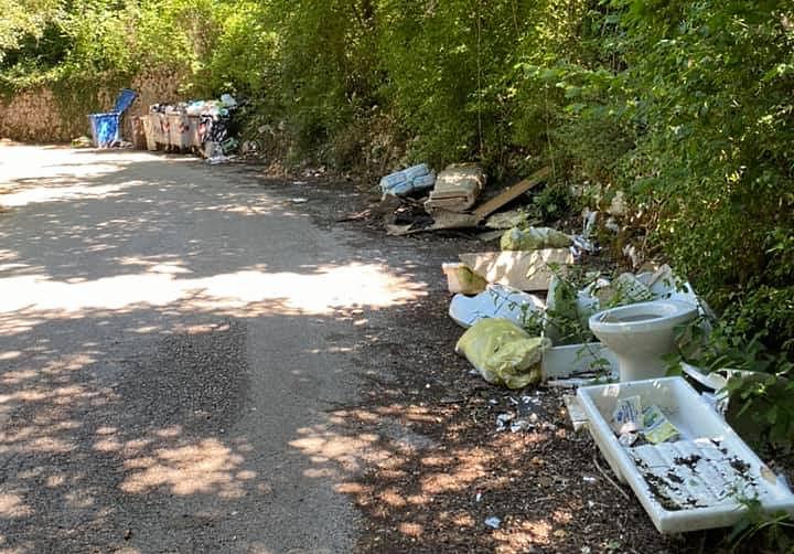 Allarme rifiuti abbandonati a Corcumello: l'indignazione corre sul web
