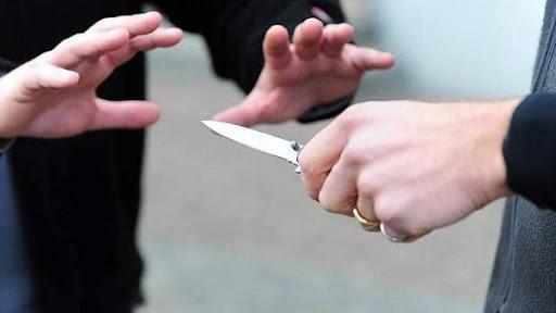 Minaccia di uccidere i figli, schiaffeggia la suocera e punta coltello contro compagno: assolta