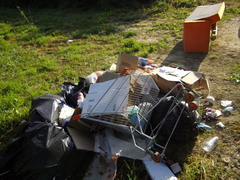 Rifiuti abbandonati lungo la nuova pista ciclabile a Carsoli, individuato e multato il responsabile