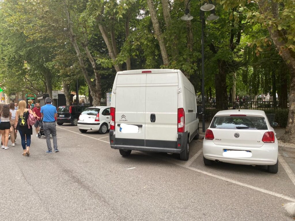 """Parcheggi selvaggi a Tagliacozzo, il sindaco Giovagnorio: """"Questa è la civiltà e il rispetto delle norme del Codice della strada da parte di alcuni"""""""
