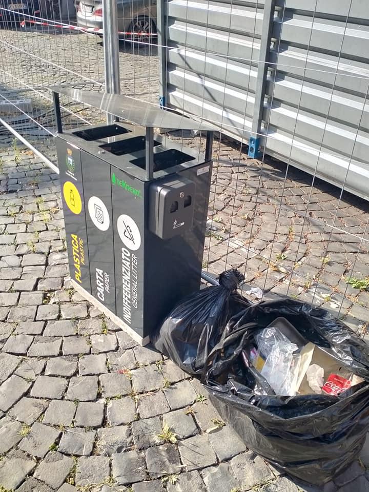 Scurcola Marsicana, rifiuti abbandonati vicino i bidoni della raccolta differenziata