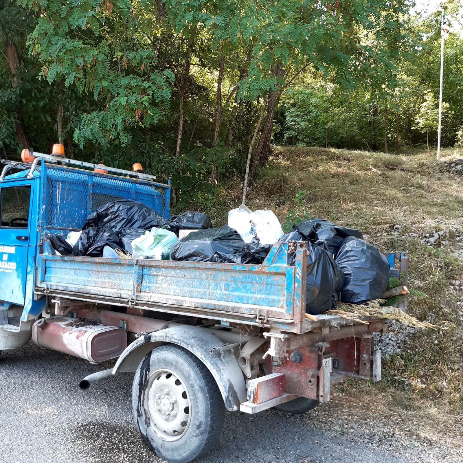 Ripulita la zona della Madonna di Candelecchia a Trasacco dopo il Ferragosto: un camioncino pieno di rifiuti