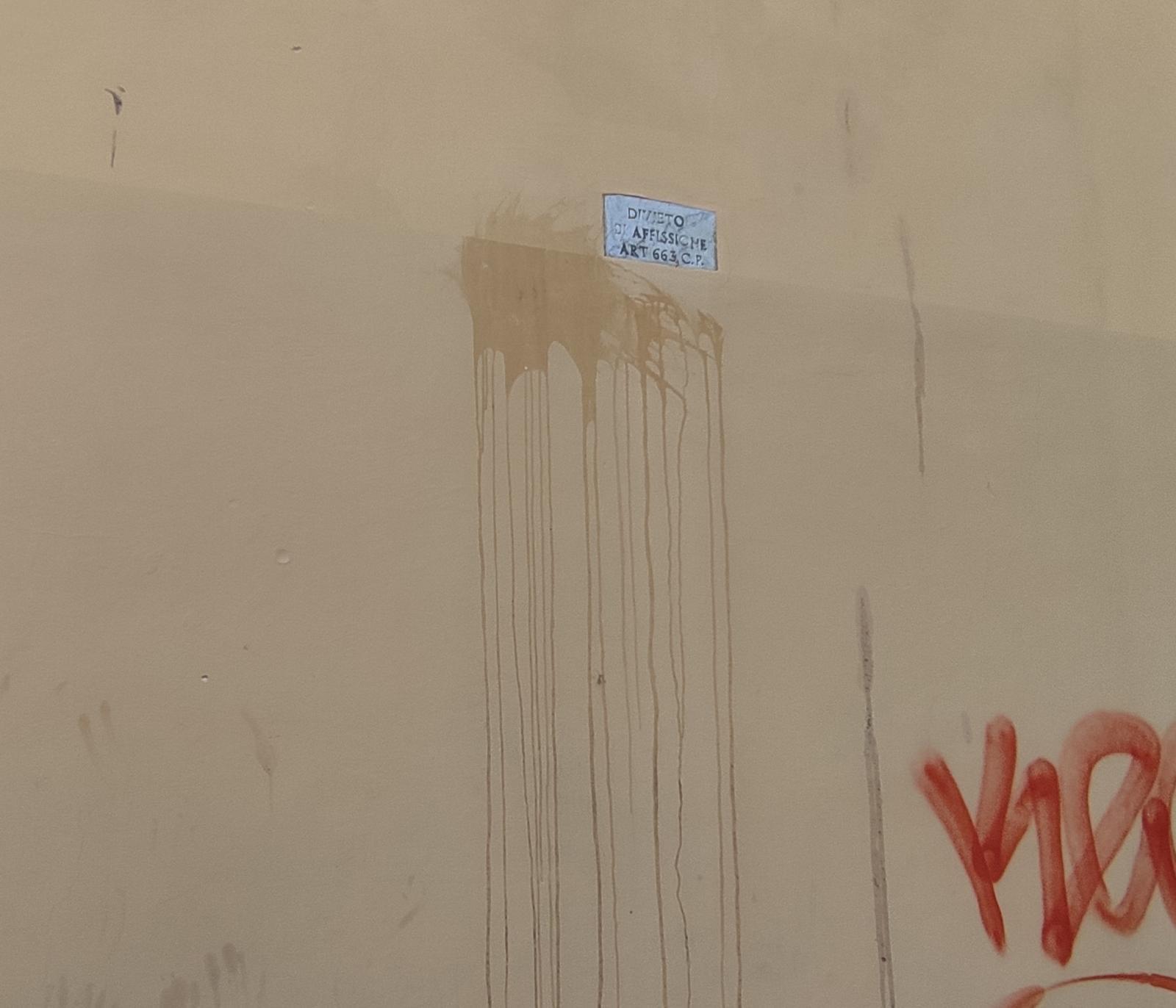 Avezzano, lanciano bottiglie da una piazzetta contro i muri delle palazzine adiacenti