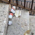 Le scale della cattedrale di Avezzano come una discarica, la protesta dei cittadini