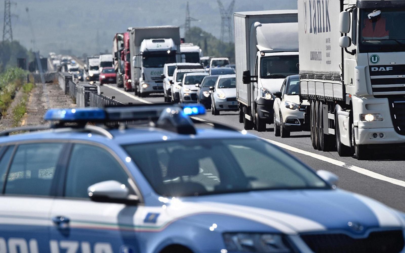 La Polizia soccorre una bimba di tredici mesi in autostrada