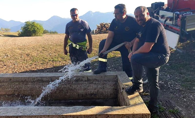 Volontari portano l'acqua agli abbeveratoi rimasti a secco del territorio di Balsorano
