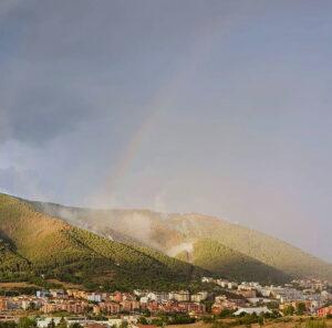 L'Aquila, dopo gli incendi spunta l'arcobaleno