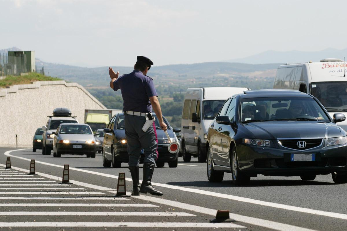 Guidava pericolosamente in autostrada, fermato dalla Polizia al casello di Celano: denuncia, ritiro patente e punti decurtati
