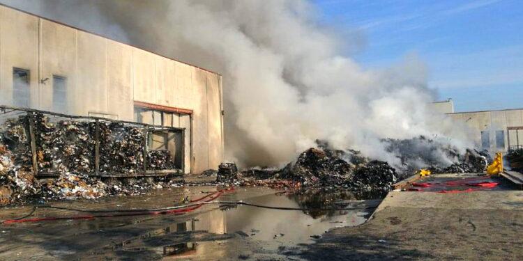 Incendio Casinelli: il forum H2O presenta esposto per monitoraggio possibile presenza di amianto nel tetto