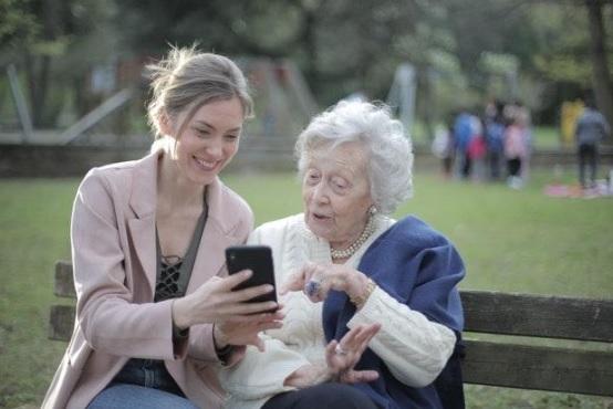 Come aiutare gli anziani a usare più facilmente le nuove tecnologie