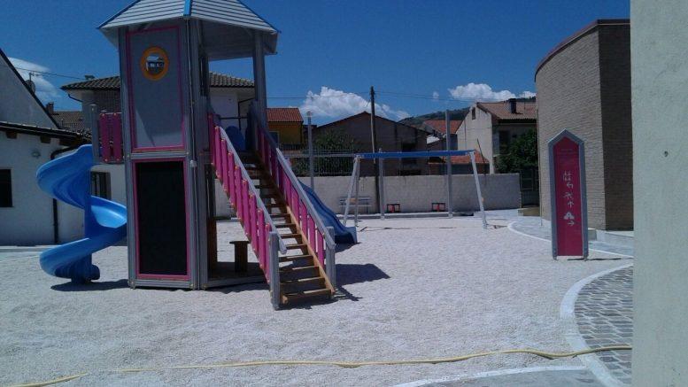Parco giochi di Via Garibaldi, i bambini non possono giocare perché il cancello spesso è chiuso