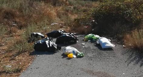 Rifiuti abbandonati sulla strada tra Scurcola Marsicana e Sorbo